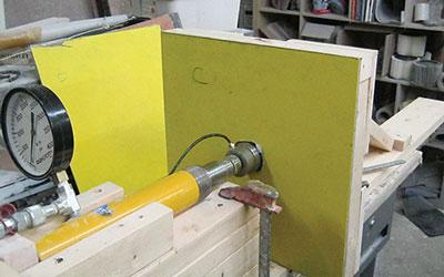 Hand-pumped hydraulic ram